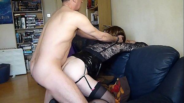 Голая милашка руками мастурбирует волосатую пизду
