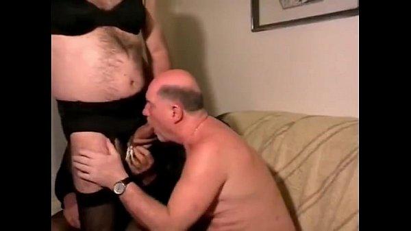Обе похотливые девки ублажают молоденького мужчины